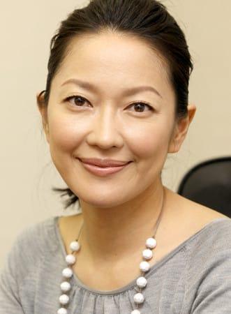 まとめ髪にした羽田美智子。