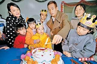 中田英寿は一昨日、ジョウ・シュン(周迅)とともに北京太陽村の 服役囚の子...