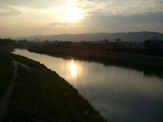 夕日を浴びて赤く輝く足羽川