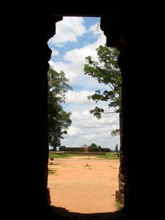 バンテアイ・クデイの門の内側から向かい側のスラ・スランを眺める この写真お気に入り