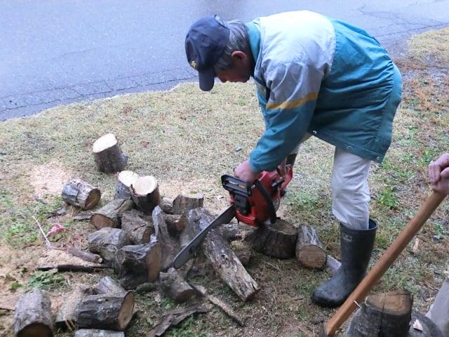 薪を切るオーナー