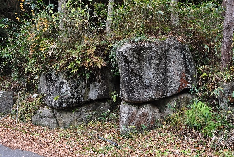 ツカノモト古墳近く巨石
