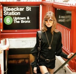 彼の父親ボブ・リチャードソンは、60~70年代にファッション誌で映画的な物語性を持つ一連の写真で一時代を築いた。テリーのこの写真は1971年のニューヨーク