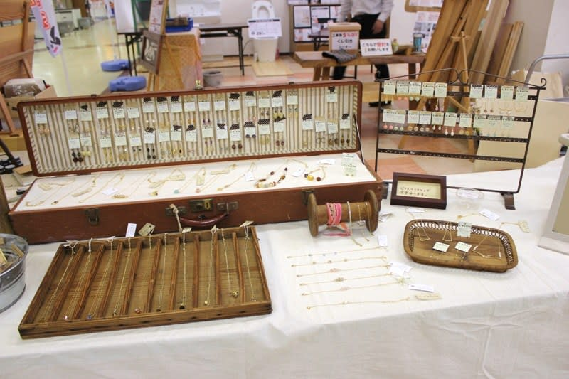 アクセサリー 今回は、年末に古道具屋さんで購入したプリンタートレイにネックレスをディスプレイしてみました。