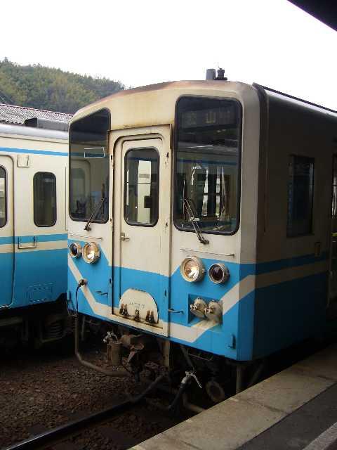 八幡浜駅に停車中のキハ32