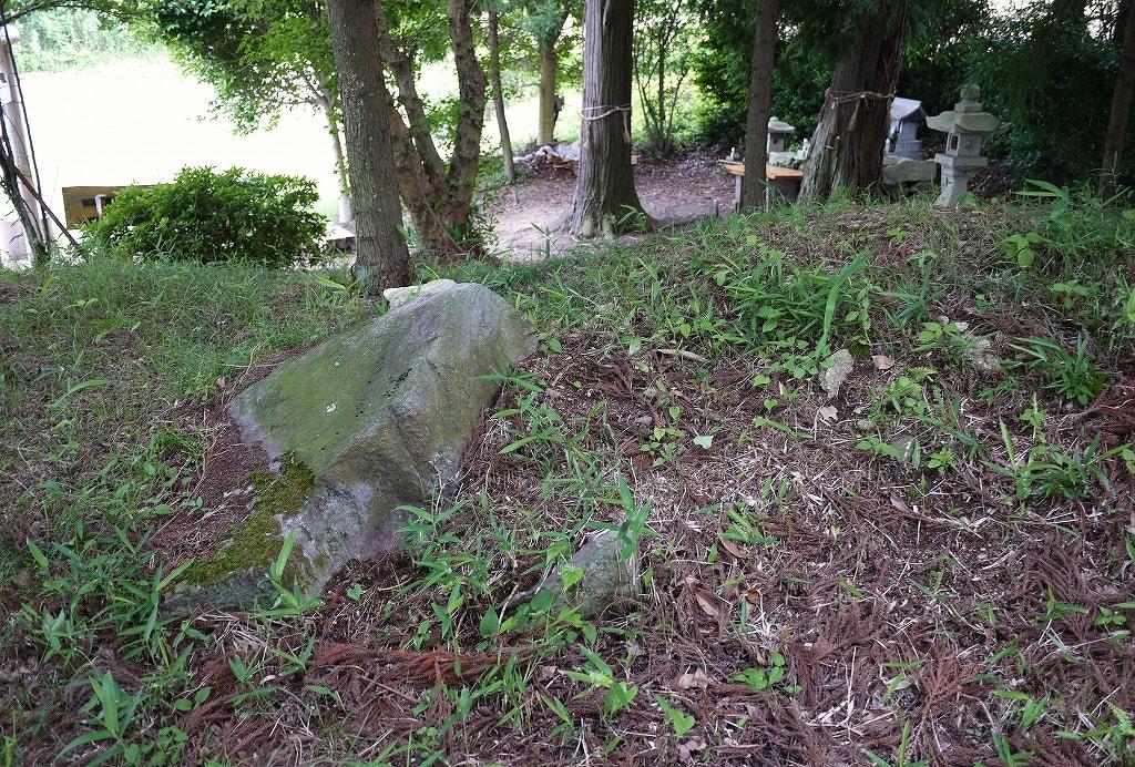 棚機神社古墳露出石材
