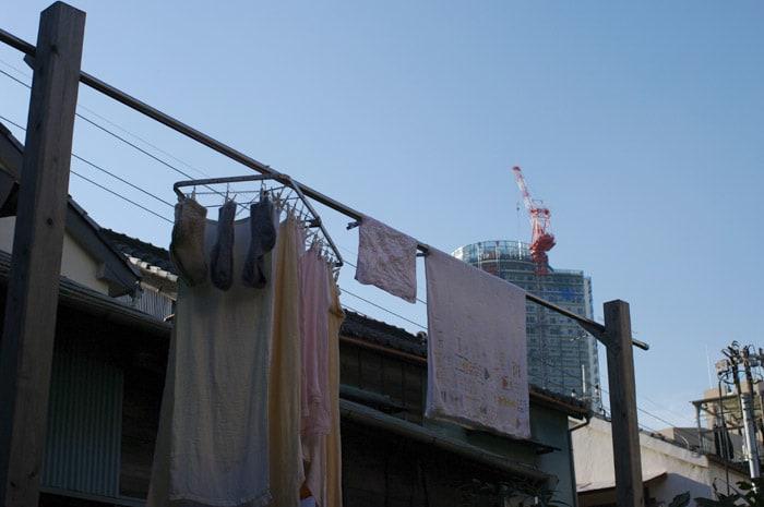 ▼玄関が物干し場を兼ねている。 狭いスペースでもきちんと洗濯物を干して... 洗濯物フェチ、お日