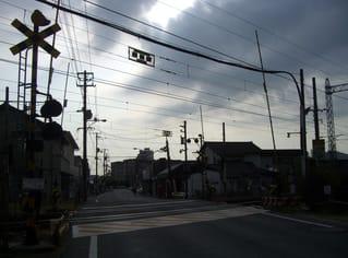 岩国市車町2丁目・中津町3丁目からJR山陽本線の踏切を望む