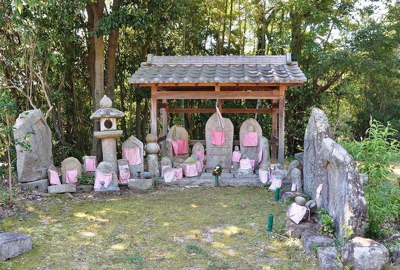 高山本願寺の石仏群