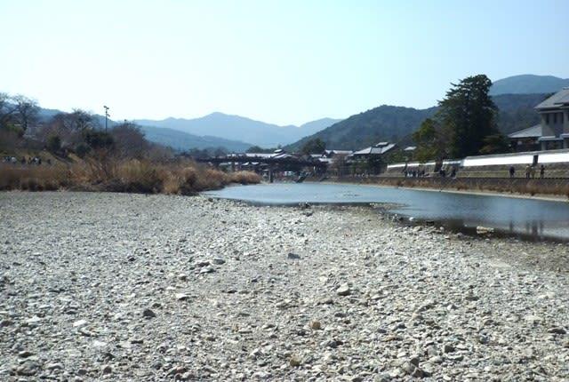 「神足石」の産する浦田橋下の川原から眺めた、五十鈴川上流方向の新橋 ~ 3月20日撮影