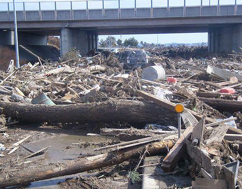 仙台東部道路・若林ジャンクション内 巨大津波によって押し流された大量の... 津波が襲った仙台東