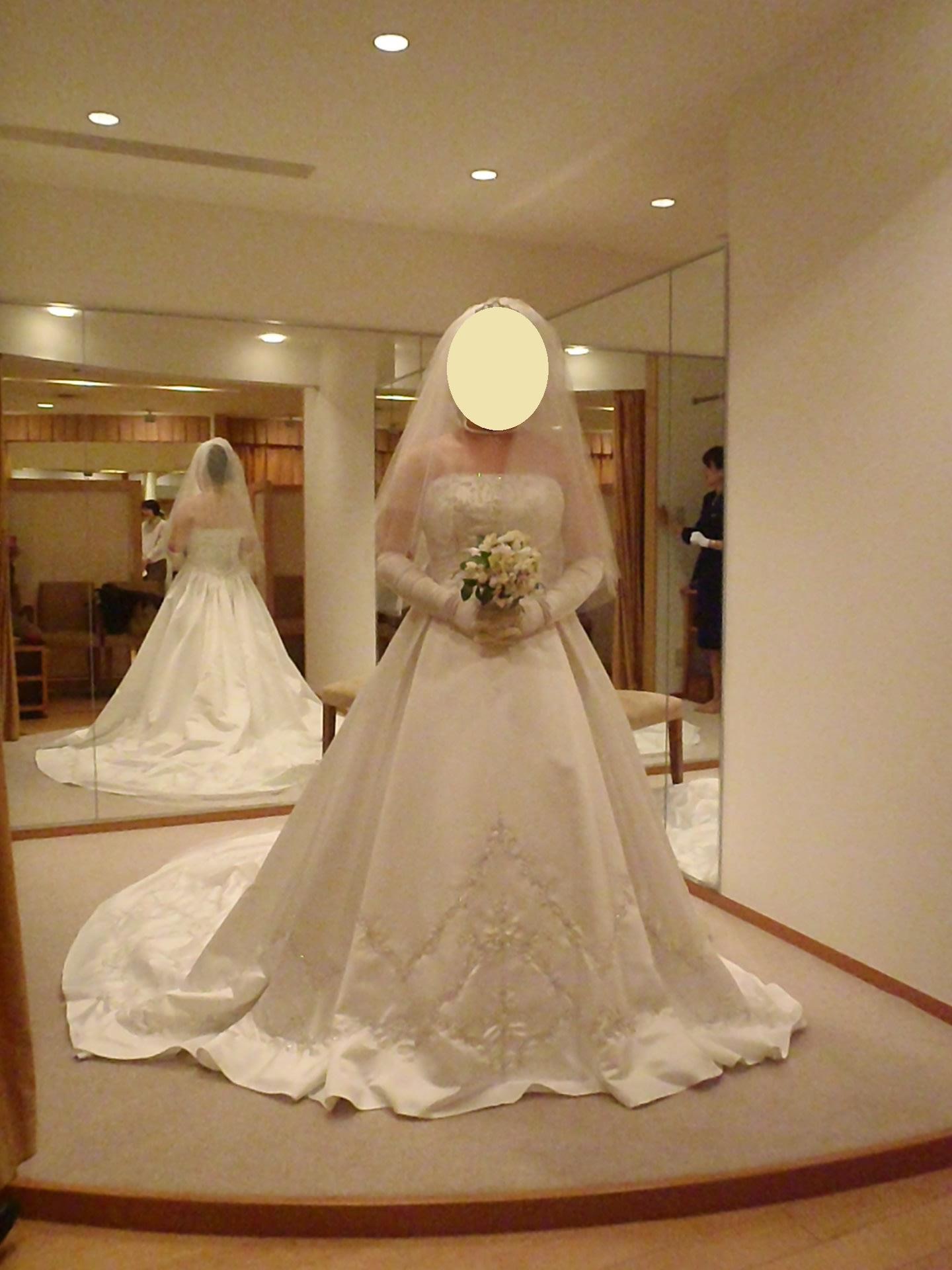 そしてウエディングドレス3着目、30万円。Aラインで、シルクオーガーンジーの生地。 このドレス はおまけで首回りに白い飾りがついています。取り外すことも可能。