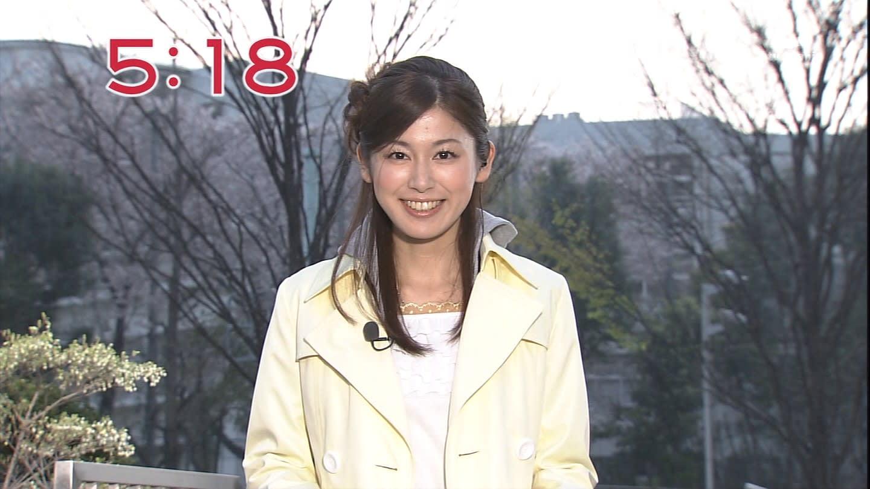 イエローのコートを着た加藤真輝子