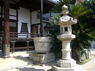順勝寺本堂前の石灯籠