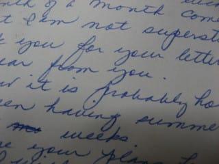 詳細とともに文通希望者のリストが掲載された年齢の近いイギリスの女の子に手紙を書いて送ったら返事が来たのだが癖のあるブロック体で書かれていたのが意外だった