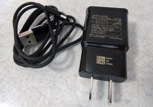 同梱の急速充電アダプターとUSBケーブル(Type-C)
