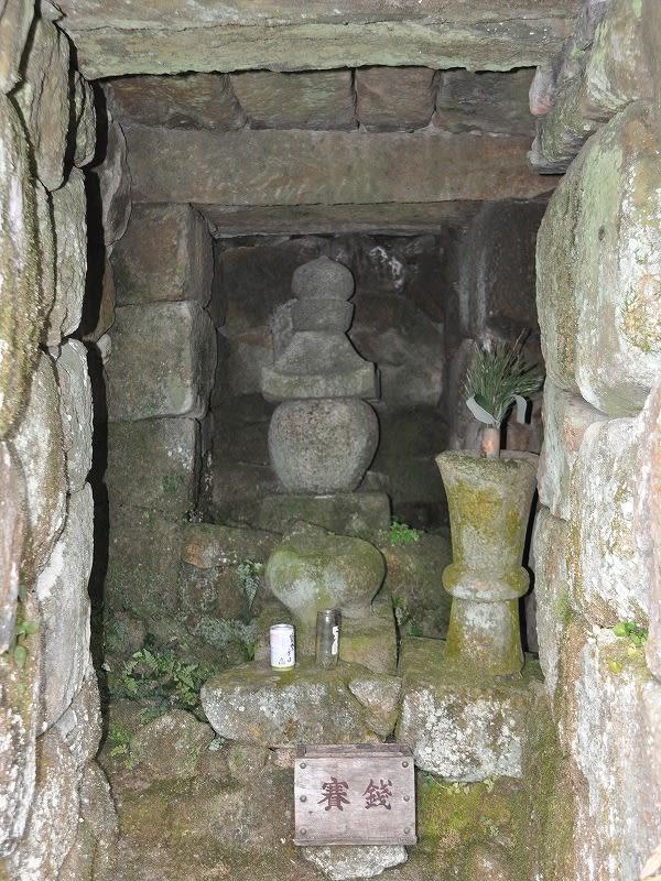 入定石室内の五輪塔