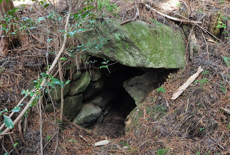 三角点山頂横の古墳開口部