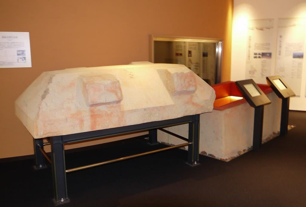 斑鳩文化財センター内の藤ノ木古墳石棺レプリカ