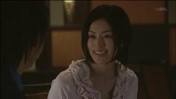 ピンクの衣装で微笑む演技中の木下あゆ美