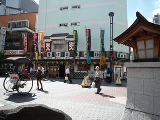 浅草演芸ホールと人力車