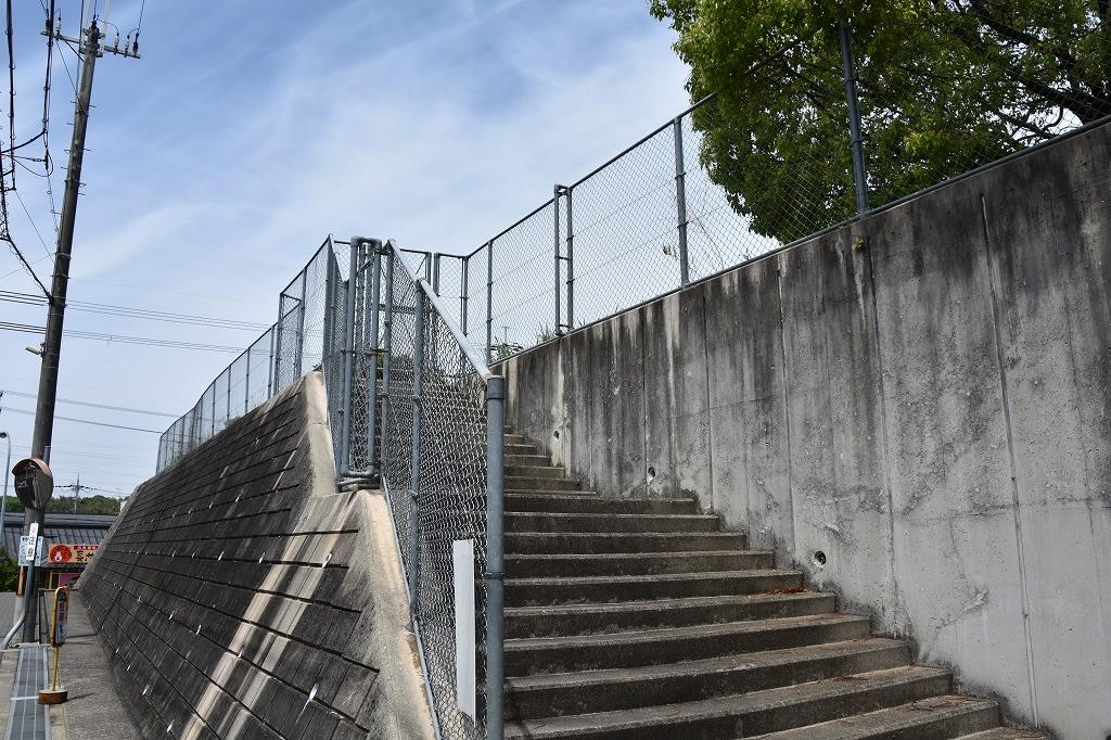 石ケ谷古墳公園への登り口