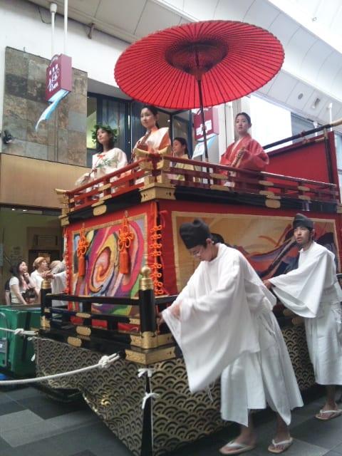 祇園祭花笠巡行見ています。