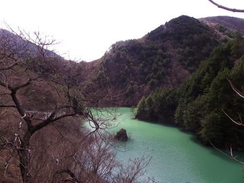 エメラルドグリーンの水を湛える梓湖の上流部