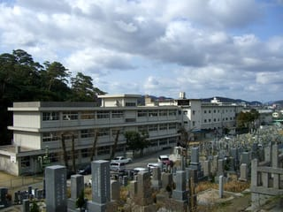 尾之上共用墓地の南に位置する中学校