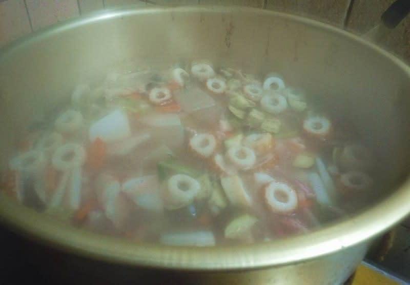 2 沸騰させて灰汁を取ります