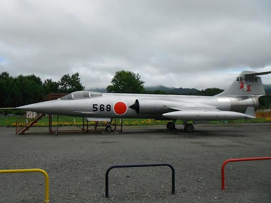 ロッキードのF-104戦闘機ですね~。日本では三菱重工がライセンス生産していたモノ。 その独特な