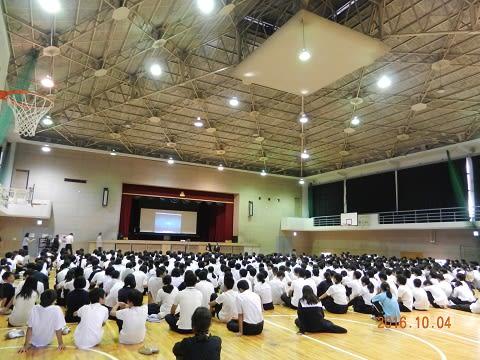 第一中学校にて全体集会の様子