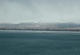 今日のイズミル湾。冠雪した山。