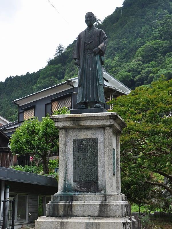 土倉庄三郎翁銅像