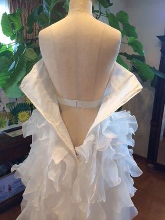 ドレス自体が少し弱い作りでしたので内側にウェストベルトを付けて、ウェストで安定させていますそして、見えないですが、両脇にはボーンを付けましたラインがきれいに