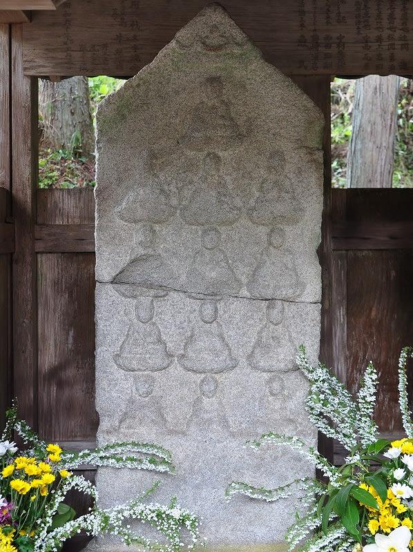 瀧蔵辻堂の十三仏板碑