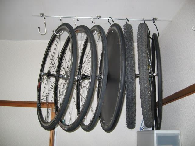 一昨日、我が家のバイク収納術を紹介しましたが、今回はホイール収納術の紹介です。 画像のとおり、部屋の天井に吊っています。  合計8本吊れるようにしています。