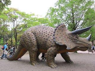 自然史博物館の前は「野外恐竜ランド」。実物大の恐竜たちがお出迎え。木の間から突然姿を現す恐竜に、「ジュラシックパーク」で口をあんぐり開けたグラント博士の気分
