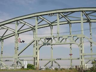 にしても、橋のど真ん中に ...
