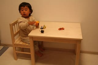 IKEAの子供用机と椅子 ...