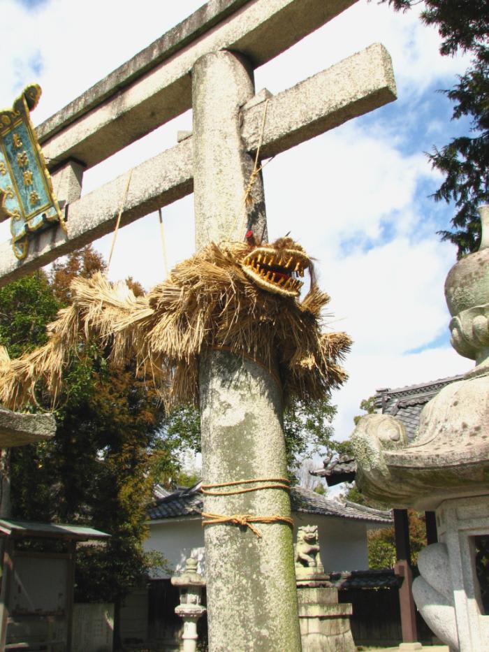 蛇縄は通常の歳には十二尋(ひろ)、閏年には十三尋の長さに編上げられているということです。 蛇縄の