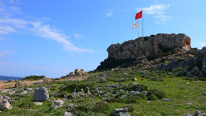 丘の上に掲げられた北キプロス国旗(左)とトルコ国旗(右)。 北キプロス... 北キプロス写真館
