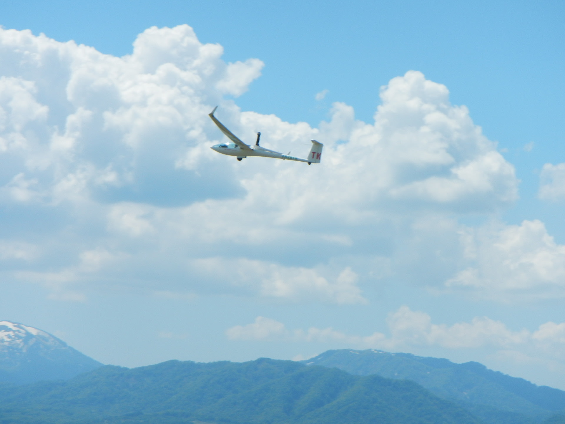 軽飛行機に曳航されて飛び立つグライダー 北海道−滝川から