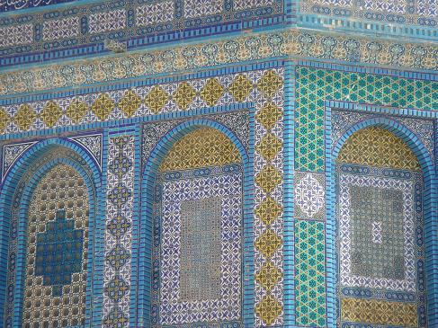 柱の色、高さ、厚さなど1本1本違っていて面白い。 神殿の丘はムスリムの...  お菓子とネコとパ