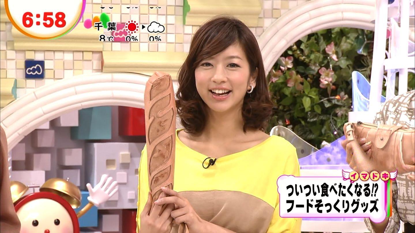 イエローのトップスを着てフランスパンを持つアナウンサー、生野陽子