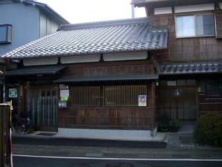 矢橋町の中半商店前から北に路地がのびている