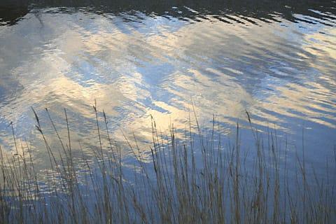 水面に映った空と雲。やさしく風がなでて、まるでパステル画。 コメント ... パステル画