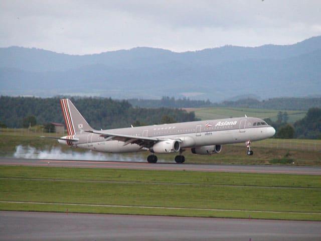 はるばる韓国はソウルからやってきたアシアナ航空のA321-200(レジはHL7712)、今年開設された旭川空港発の国際線定期便です。