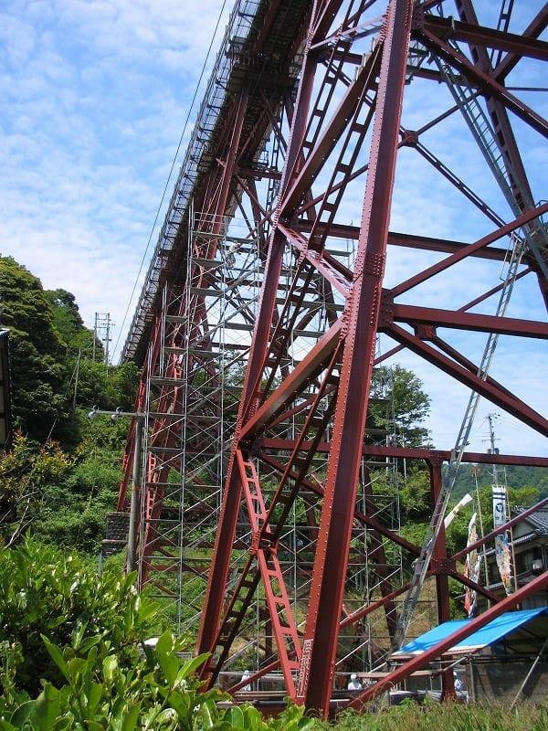 高い鉄橋で早くも工事?