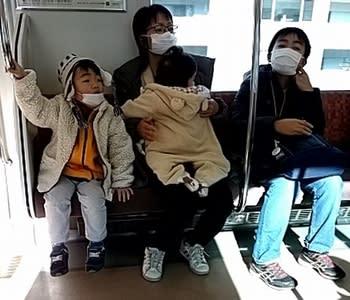 電車でお出かけする首都圏の親子連れ